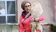 Pamuk 9 aylık engelli bir köpek, sahibi tarafından sokağa atılacakken Uşak'ta Safiye Hanım sahip çıktı.